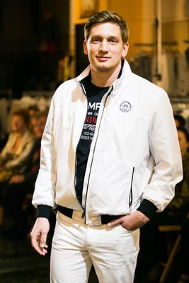 Elegáns vendégsereg, a férfin fehér nadrág és fehér klubzakó.