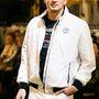 A férfiak Lagerfeld ruhákat (is) vehetnek a butikban, ez egy Lagerfeld-széldzseki.