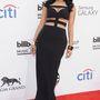 Ez már Vegas, és Nicki Minaj mindenhol kilógó óriásmellei. A ruhát az Alexander McQueen divatház álmodta meg.
