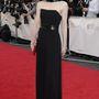 Jodie Whittaker színésznő is lélegzetelállítóan néz ki az egyenes szabású, fekete ruhában. Arqiva British Academy Television Awards.