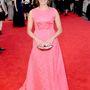 Ophelia Lovibond, a Csak szexre kellesz 28 éves színésznője is pinkben tündököl, de a függönyszerű ruha szerintünk nem a legszebb. Ellenben a szájalakú táska nagyon jó.