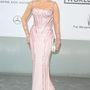 Nem hittük volna, hogy egy halványrózsaszín, fűzős Atelier Versace ruha jól állhat Jane Fondának, de tévedtünk. Mondjuk a pink kardíszeket nem értjük.