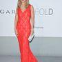 Kelly Preston piros Oliver Tolentino Couture csipkében vadítja a fotósokat.
