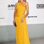 Rosie Huntington-Whiteley sárga Emilio Pucci ruhája másnak talán nem állna jól, de rajta kifejezetten mutatós.