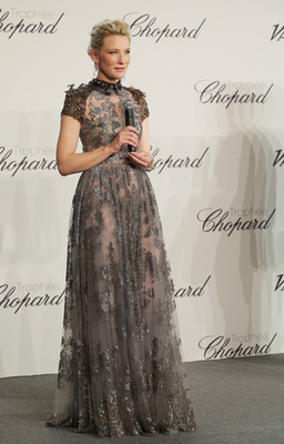 Cotillard az AmfAR gálán egy 2014 őszi-téli  Alexander McQueen ruhában pózol, Chopard nyaklánccal. Nekünk nem ez a szett a kedvencünk, és önnek?