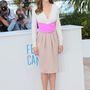 Hilary Swank Bottega Veneta ruhában fotózkodik a The Homesman sajtótájékoztatóján.