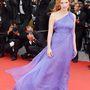 Chastain Elie Saab Couture ruhájába belekap a szél a Foxcatcher május 19-i premierjén.