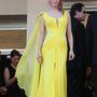 Uma Thurmanen istenien néz ki a sárga Atelier Versace ruha.