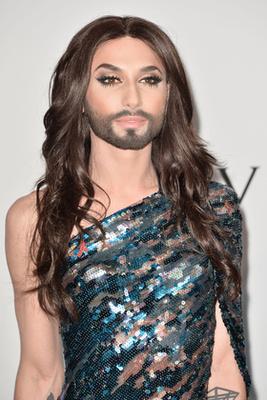 Conchita Wurst jobban nézett ki flitteres ruhájában, mint egynéhány nő. Sminkben az Eurovízión már megszokott tusvonalas macskaszem, erős szempillaspirál és lágyan kiemelt szemöldök jellemzi.