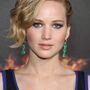 Jennifer Lawrence sminkesei nem spóroltak a pirosítóval. Viszont a színésznő szemét remekül kiemelték annak komplementer színeivel.