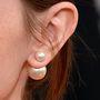 Így néz ki közelről: a fülbevaló egy pici és egy nagyobb gyöngydarabból áll, így maga a hátsó dugasz nem is látszódik.