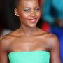 Lupita Nyong neonszínű, pánt nélküli estélyivel párosította, jól tette!