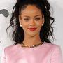 Rihanna általában az extravagáns kiegészítőket preferálja, ezért egyszerre több gyöngyöt is a fülébe tűzködött.