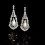 A Bonhams ezt a gyémántokkal kirakott, 1925-ből származó, art deco gyöngy fülbevalót 157.250 fontért (58,5 millió forint) adta el egy aukción nemrég. Jean Ghika szerint egyre elérhetetlenebb áron lehet csak igazgyöngyöt kapni.