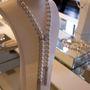A Chanel párizsi üzletében rengeteg igazgyöngy kiegészítő sorakozik, ezeket haute couture ruháikhoz ajánlják.