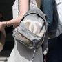 Tisztában vagyunk vele, menő a kilencvenes évek divatja és hogy az elmúlt pár szezonban még a Chanel is lelakott stílusban elkészített hátizsákkal nyomult, de még ez sem megfelelő érv arra, hogy a diplomaosztó után is a lepukkant egyetemi táskájával rója a várost.
