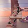 Mivel életének ezen korszaka lezárult, jobb megválni az olcsó, műanyag talpú cipőjétől is befektetni egy csinosabb bőrszandálba.