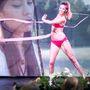 Még a táncosok is bikinibe öltözve adták elő a koreográfiát.