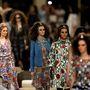 Egzotikus darabok, hárem nadrágok, flitterekkel díszített ruhák és félhold motívumot kapott kiegészítők a Chanel Cruise bemutatón.