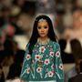 """""""A világ már nem olyan nagy, ezeket a ruhákat a világ bármely táján hordhatják a nők...Az én vízióm egy romantikus, modern keleti világ, egy új Ezeregyéjszaka"""" – mondta Lagerfeld."""