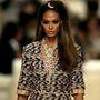 A Chanel vezető tervezője pár hónappal ezelőtt egy bevásárlóközpontnak berendezett kifutón mutatta be luxus tornacipőit, ami után várható volt, hogy a következő bemutató is felvet majd néhány elgondolkodtató kérdést.
