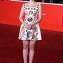Scarlett Johansson egy filmpremieren viselte fémes magassarkúval és feltűnő fülbevalóval, illetve rúzzsal.