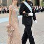 Púderszínű elegáns ruhában Viktória svéd hercegnő esküvőjén Stockholmban.