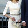 Dögös, a vállrésznél virággal feldobott fehér ruhában a  Zarzuela Palace előtt.