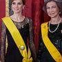 Majd 2014-ben is felvette ugyanazt a ruhát Madridban. Letizia a képen Zsófia spanyol királynéval pózol.