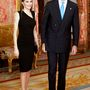 Elegáns szűk fekete ruhában férjével egy alapítványi vacsorán.