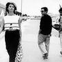Paola Pitagora olasz színésznőt bámulja két férfi 1962 júliusában. Ez a szett most is megállná a helyét.