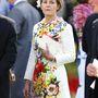 Serena Linley vikomtessz virágos kabátruhája feltűnő, de végülis nem rossz.