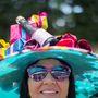 A hölgy ügyesen csinált viccet a kalapokból.