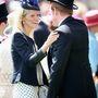 Harry herceg egy ismeretlen szőke nőnek örül.