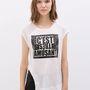 A Zarában egy feliratos fehér póló 2995 forintba kerül, teljes áron 5995 forint volt.