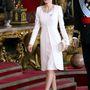 A spanyol királyné kedvencétől, Felipe Varelától választott egy nyakrésznél díszített, térdig érő, elefántcsontszín ruhát a hozzá illő kabáttal.