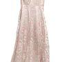 Elárverezik azt a 40-es évekbeli, halványrózsaszín, hímzett selyemruhát, amit II. Erzsébet királynő hordott még 1953-as koronázása előtt.