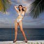 Marie Helvin szupermodell a nyolcvanas évek elején így próbálta népszerűsíteni a fémesen fényes bikiniket.