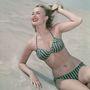 Úgy tűnik, akkoriban nagyon divatos volt a zöldcsíkos bikini.