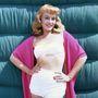 Paulette Goddard amerikai színésznő az ötvenes évek közepén pántnélküli, húzott fürdőruhában állt modellt.