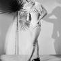 Egy fiatal modell, Shirley Kephart pöttyös bikiniben pózol a kamera előtt. A frizura ma már nem állná meg a helyét, a fürdőruha igen. Év: 1948