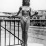 Michele Bernardini ebben a merész bikiniben nyerte meg a legcsinosabb fürdőzőknek járó díjat 1946-ban a párizsi Molitor úszókomplexumban. A fürdőruhát Louis Reard tervezte.