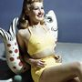 Így pózolt Betty Grable amerikai táncosnő és énekesnő sárga kétrészes fürdőruhában az 1940-es években.