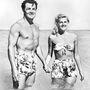 Cornel Wilde amerikai színész és felesége, Patricia Knight egyenfürdőruhában pancsolt bahamai vakációjukon. Év: 1946