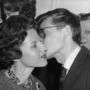Szintén 1959-et írunk, itt édesanyjával látható.