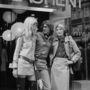 Yves Saint Laurent Betty Catroux és Loulou de la Falaise divatmodellekkel a boltja előtt.