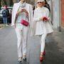 Értelmetlen és idejétmúlt az a szabály, hogy a bármilyen alkalomra beillő fekete ruhákkal ellentétben a fehér árnyalatú darabokat nem illik viselni a hétköznapokban. Milánói divathét, a képen a Fendi bemutató két látogatója.
