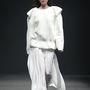 A legtöbb divatház küldött fehér ruhát a kifutóra a szezonban. Ez itt épp Paul and Alice bemutatója Szöulban.