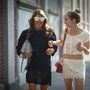 A fehér színek és a fémes árnyalatok is beépíthetőek a hétköznapi öltözködésbe. Anna Dello Russo és Nicole Sabbadini Milánóban sétálgat a Fendi bemutató előtt 2014. június 23-án.
