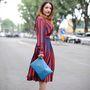 Napjainkban már mindenki úgy öltözködik ahogy akar, tehát ha mindenképpen piros cipőt szeretne viselni a piros táskájához, akkor ebben senki nem fogja megállítani. De abban se, ha kék táskát vinne magával, mint Amalia Tiano de Vivo stylist.